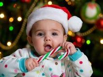 Bebé con un bastón de caramelo Imagenes de archivo
