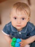 Bebé con un juguete imagen de archivo