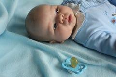Bebé con un maniquí Fotos de archivo libres de regalías