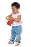 Bebé con un rectángulo de regalo Imagenes de archivo