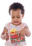 Bebé con un rectángulo de regalo Fotografía de archivo