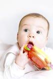 Bebé con un traqueteo Foto de archivo libre de regalías