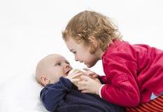 Bebé con una más vieja hermana foto de archivo libre de regalías