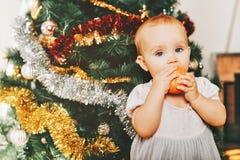 Bebé de 1 año adorable que disfruta de la Navidad Imagenes de archivo