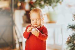 Bebé de 1 año adorable que disfruta de la Navidad Foto de archivo libre de regalías