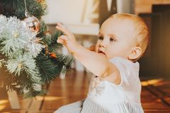 Bebé de 1 año adorable que disfruta de la Navidad Imágenes de archivo libres de regalías
