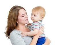 Bebé de abarcamiento de la madre aislado Fotografía de archivo