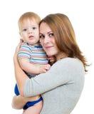 Bebé de abarcamiento de la madre en blanco Foto de archivo libre de regalías