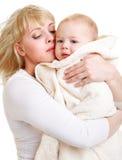 Bebé de abarcamiento de la mama Fotografía de archivo