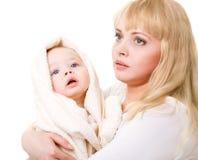 Bebé de abarcamiento de la mama Fotografía de archivo libre de regalías