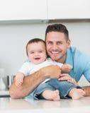 Bebé de abarcamiento del padre feliz Imágenes de archivo libres de regalías