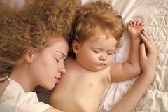 Bebé de abarcamiento de la madre Fotos de archivo
