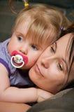 Bebé de abrazo de la madre Imagen de archivo