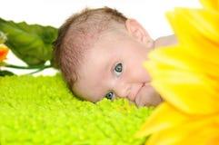 Bebé de algunos meses con los ojos azules grandes Fotografía de archivo libre de regalías