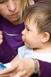 Bebé de alimentação Fotografia de Stock