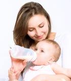 Bebé de alimentación fotografía de archivo libre de regalías