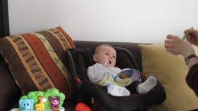 Bebé de alimentación de la madre almacen de metraje de vídeo