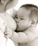 Bebé de amamantamiento Fotografía de archivo
