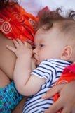 Bebé de amamantamiento Fotos de archivo libres de regalías