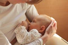 Bebé de amamantamiento de la madre Imagen de archivo