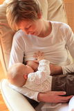 Bebé de amamantamiento de la madre Fotografía de archivo libre de regalías