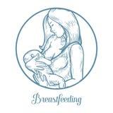 Bebé de amamantamiento de la mujer, madre que celebra al bebé recién nacido en los brazos que lo alimentan Imagenes de archivo