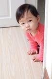 Bebé de arrastre de la muchacha Imagenes de archivo