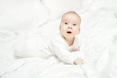 Bebé de arrastre, niño que miente en el estómago sobre blanco Niño tres meses Imágenes de archivo libres de regalías
