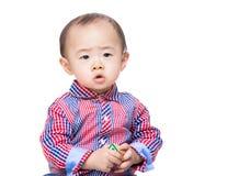 Bebé de Asia que lleva a cabo el bloque del juguete fotografía de archivo