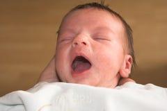 Bebé de bostezo Foto de archivo libre de regalías