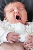 Bebé de bostezo Fotos de archivo