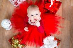 Bebé de Cristmas con los regalos imágenes de archivo libres de regalías