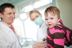 Bebé de examen del doctor imágenes de archivo libres de regalías