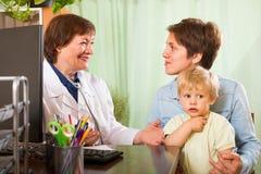 Bebé de examen del doctor Fotos de archivo