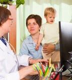 Bebé de examen del doctor Fotografía de archivo