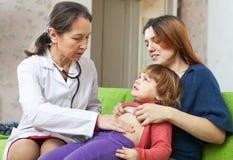 Bebé de examen del doctor cómodo del pediatra Fotografía de archivo libre de regalías