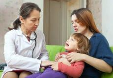 Bebé de examen del doctor de los niños maduros Foto de archivo libre de regalías