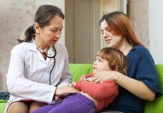 Bebé de examen del doctor del pediatra en hogar Imágenes de archivo libres de regalías