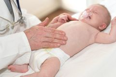 Bebé de examen del pediatra Fotos de archivo libres de regalías
