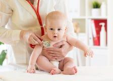 Bebé de examen pediátrico del doctor pequeño en clínica Concepto de la salud del bebé fotografía de archivo libre de regalías