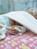 Bebé de Ittle con enfermedad Imágenes de archivo libres de regalías