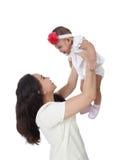 Bebé de la elevación de la mamá para arriba Fotos de archivo libres de regalías
