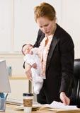 Bebé de la explotación agrícola de la empresaria en el escritorio imagen de archivo