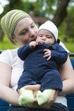 Bebé de la explotación agrícola de la mama Imagen de archivo
