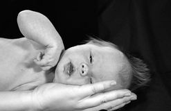 Bebé de la explotación agrícola de la mano de la madre imagenes de archivo