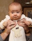 Bebé de la explotación agrícola del padre en sus brazos Fotos de archivo