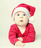 Bebé de la Feliz Año Nuevo en el sombrero de Papá Noel, la Navidad Imagen de archivo libre de regalías