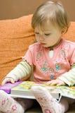 Bebé de la lectura Imagen de archivo libre de regalías