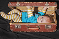 Bebé de la maleta vieja Fotos de archivo
