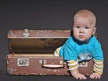 Bebé de la maleta vieja Imagen de archivo libre de regalías